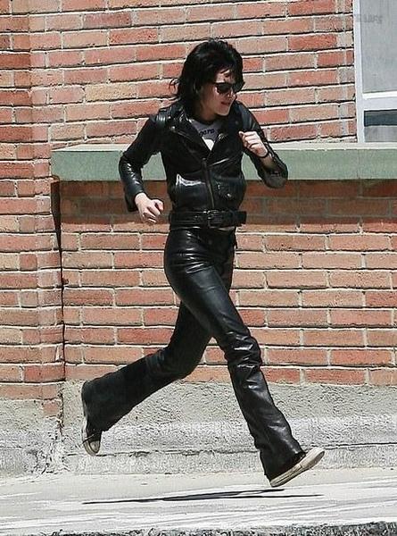 20090730-Kristen Stewart Set The Runaways -28.jpg