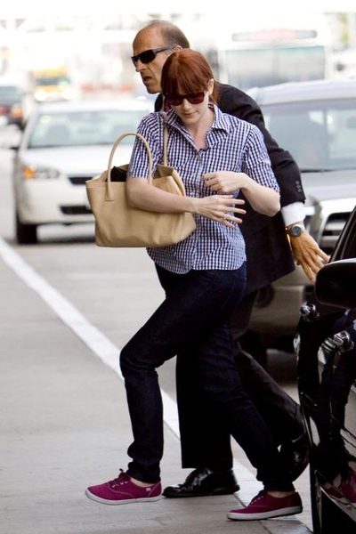 20090803-Bryce Dallas Howard arrived to Vancouver-01.JPG
