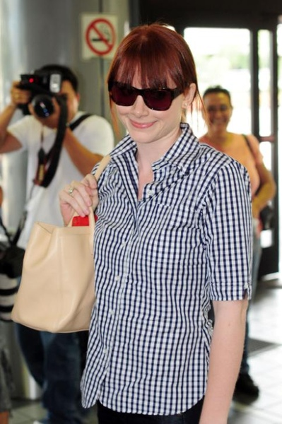 20090803-Bryce Dallas Howard arrived to Vancouver-03.JPG