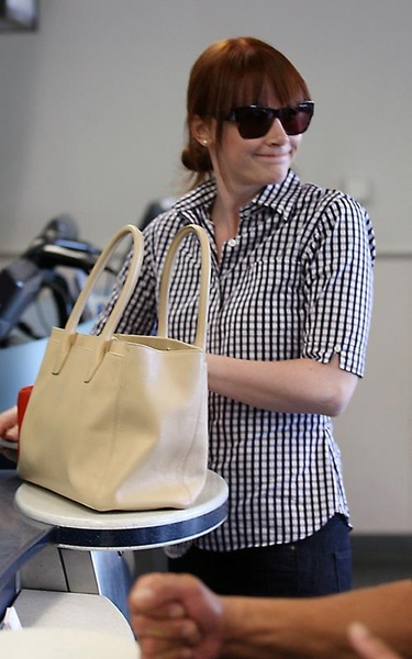 20090803-Bryce Dallas Howard arrived to Vancouver-06.jpg