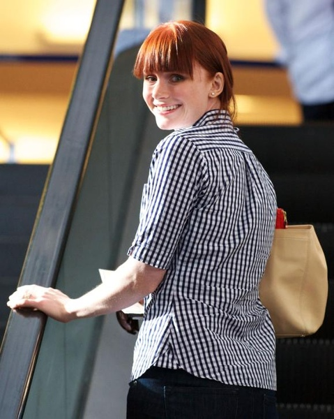 20090803-Bryce Dallas Howard arrived to Vancouver-11.JPG