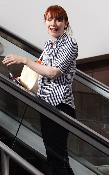 20090803-Bryce Dallas Howard arrived to Vancouver-12.jpg