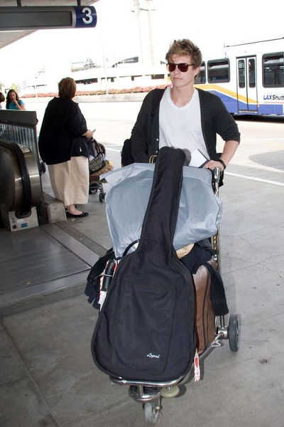 20090803-Xavier Samuel arrived to Vancouver-01.jpg