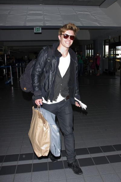 20090803-Xavier Samuel arrived to Vancouver-06.jpg