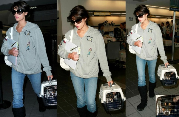 20090810-Ashley Greene at LAX-30x.JPG