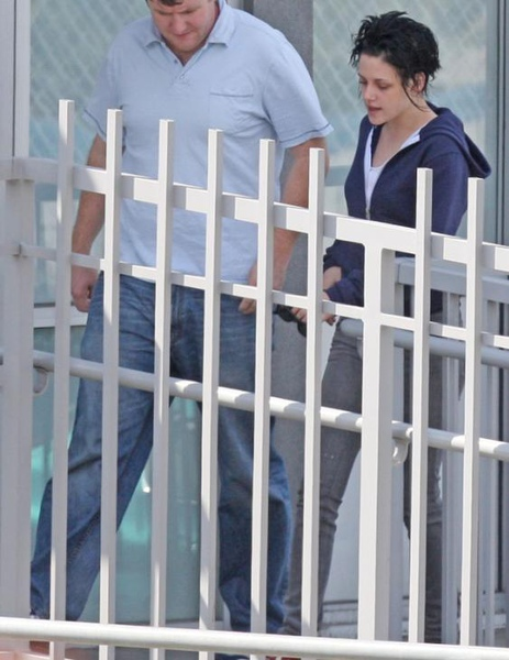 20090817-Kristen Stewart Leaving the Set-01.JPG