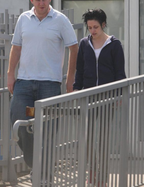 20090817-Kristen Stewart Leaving the Set-07.JPG