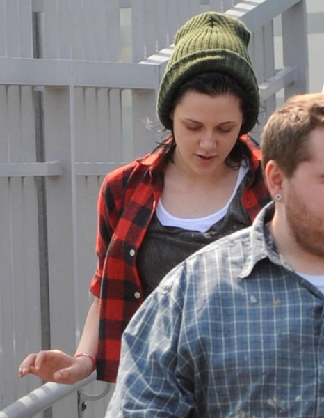 20090819-Kristen Stewart Leaving the Set-05.JPG
