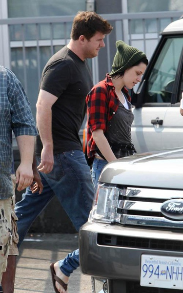 20090819-Kristen Stewart Leaving the Set-16-2.JPG