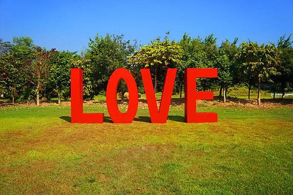 LOVE立體雕塑.jpg