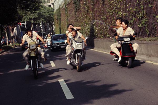 看著他們 在我以前騎車的地方  騎著我以前的車 凝結的青春