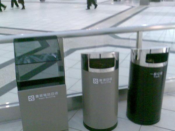 連垃圾筒都很新