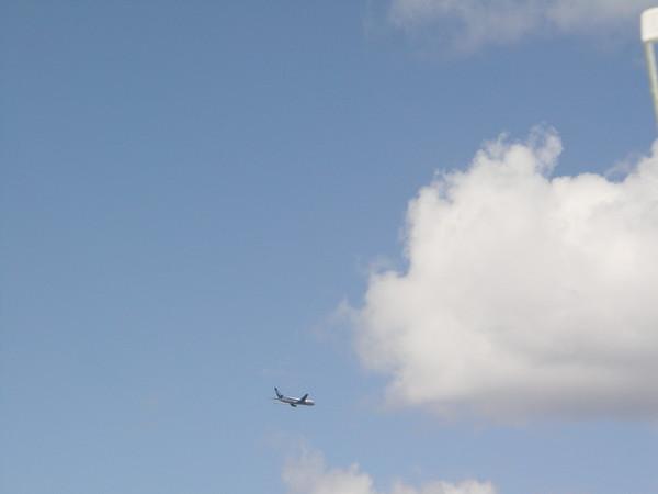 飛機飛過去囉!