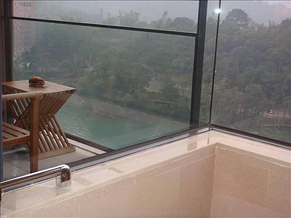 浴室可以看到窗外景觀真的超棒的