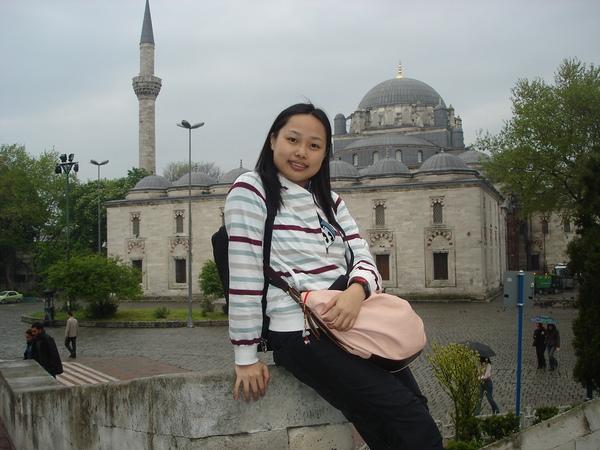 伊斯坦堡大學正對面有一間清真寺..