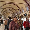 花了老半天問路要去埃及市場..卻來到有頂大市集..