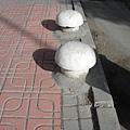 街道上常常有香菇頭..是可以讓人家坐下來休息嗎?