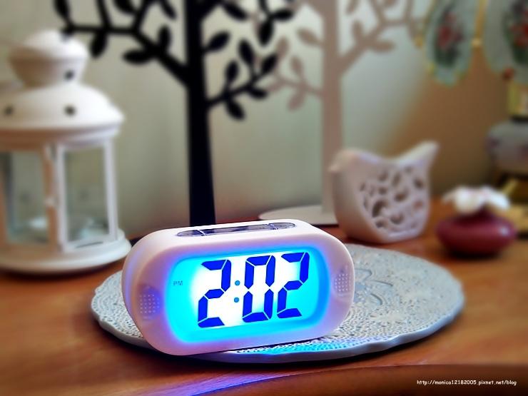HOLA【彩色數字橢圓電子鐘(白)】-22-22