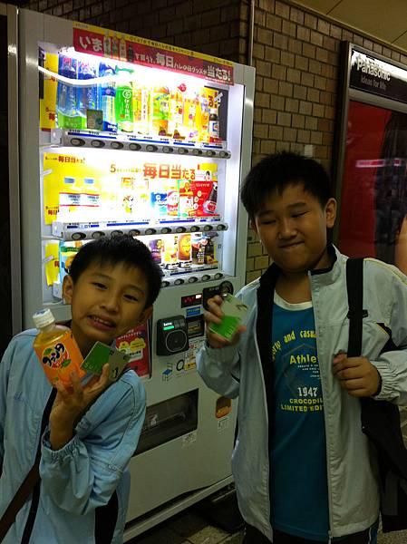 讓兒子們體驗用Suica買飲料