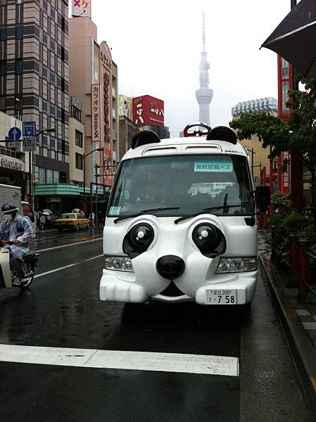 雷門站前的熊貓公車