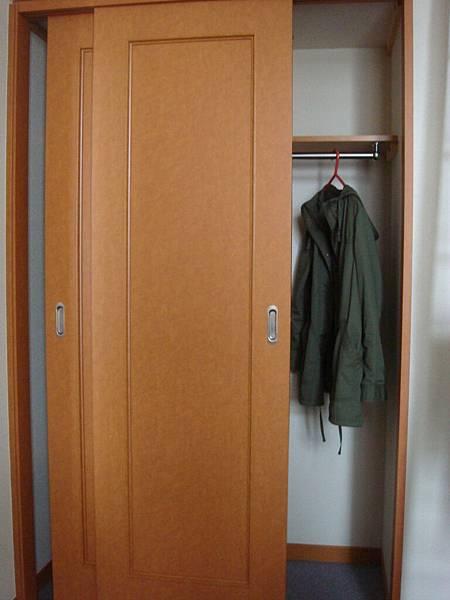 空蕩蕩的衣櫃~兩邊都可以用喔!
