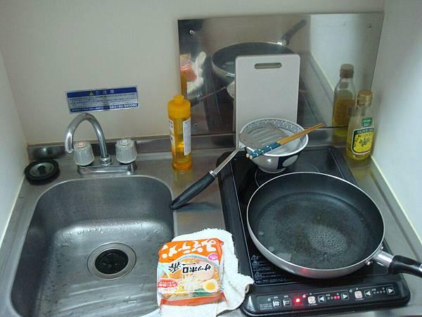迷你廚房(剛好在煮泡麵XD)