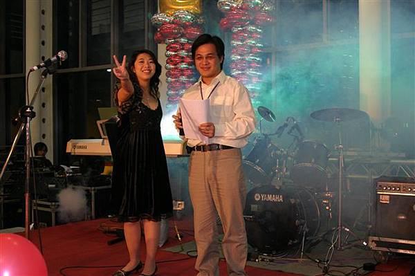在舞台上,有點小緊張的二位主持人,其中比YA的是故作鎮靜的小天使