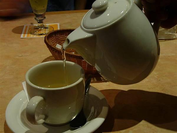 我的玫瑰茶,好香喔,是用粉紅玫瑰泡的,可以減肥喔!