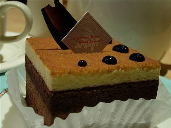 我的蛋糕終於上來了,「雙層蛋糕」,最上面很像烤布丁,下一層是巧克力麵包,再下一層是巧克力慕斯,最後又是巧克力麵包,好吃!!