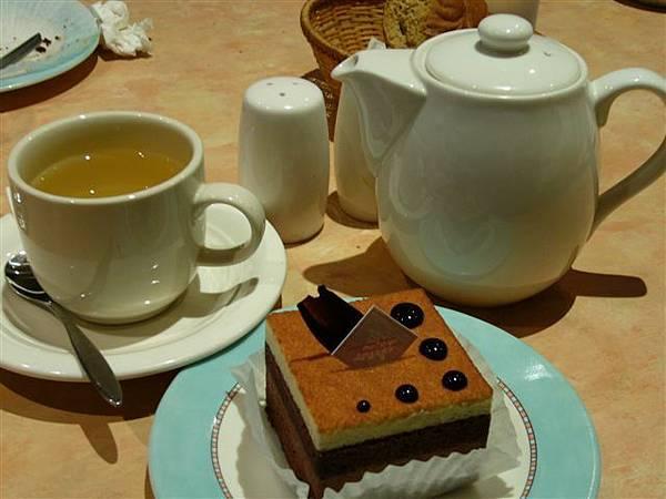 我的飯後甜點:玫瑰茶+雙層蛋糕,滿足!