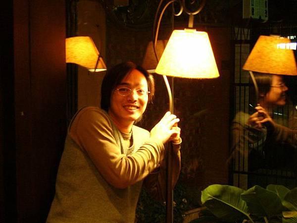 乙鴻氣質照,想像一下在這燈下看書的畫面,一定很美