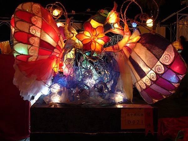 這個花燈的主題是「福爾摩莎」喔,內容是二隻美麗的蝴蝶