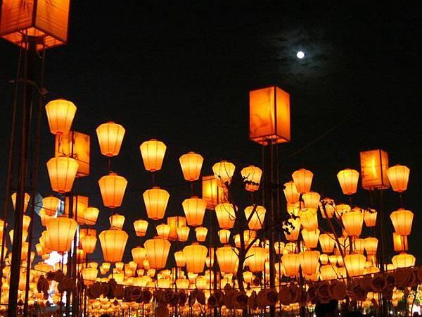 透過燈籠拍月亮,更有蕭寂之感