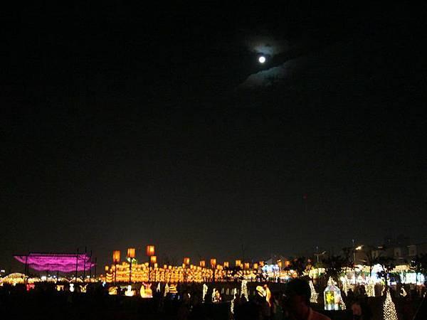 前天是元霄節,今天的月亮還很圓呢!