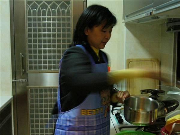 陸媽媽很認真地準備好料的給大家吃