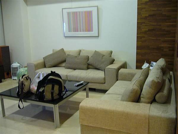 高檔的客廳,桌上放二個雜牌包包,真是不搭呀!