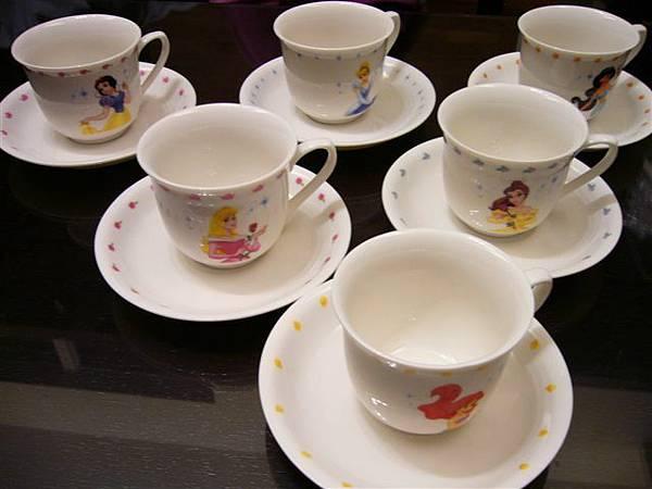 又再泡七葉膽茶給大家聊天用,這是她珍藏的迪士尼六公主杯盤組