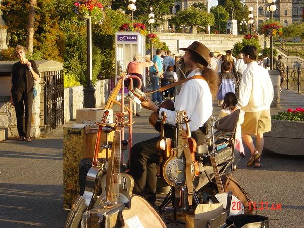 港邊的街頭藝人表演