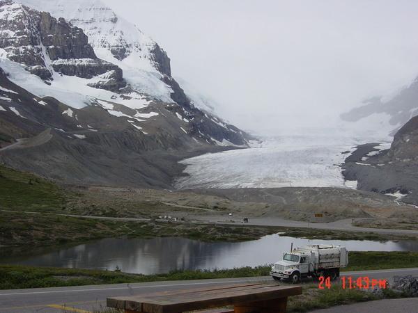前方就是哥倫比亞冰原Columbia Icefield