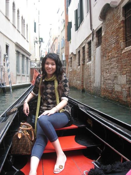 搭乘貢多拉遊威尼斯巷弄之間