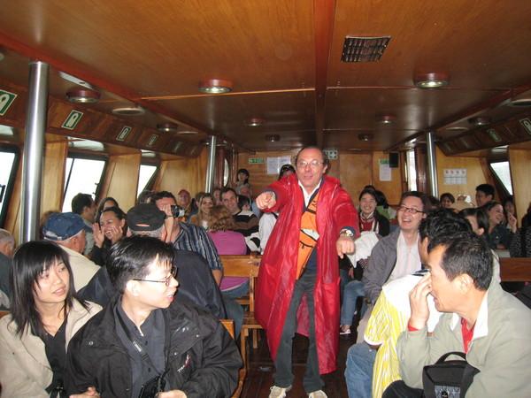 """在離開威尼斯的船上與來自世界各地的遊人們一同歡唱,我們唱著""""流浪到淡水""""搏得滿堂彩哦~"""