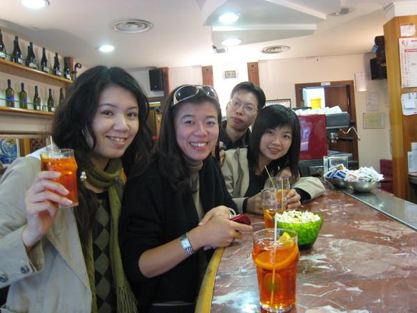 學著義大利人一樣站著喝酒,站著喝約0.8~1.2€  坐著喝約3~5€, 在義大利只有觀光客才會坐著喝咖啡&酒呢!