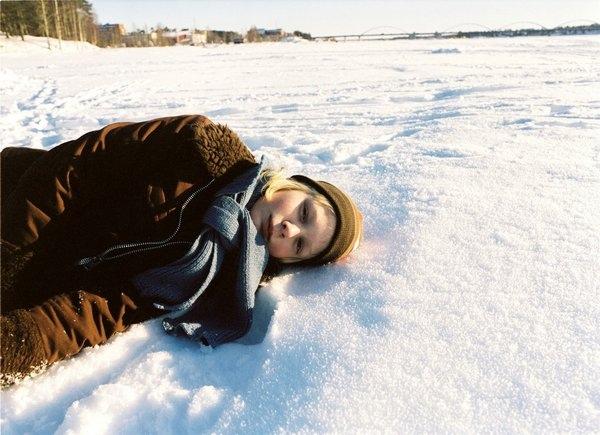 奧斯卡躺在雪地裡.jpg
