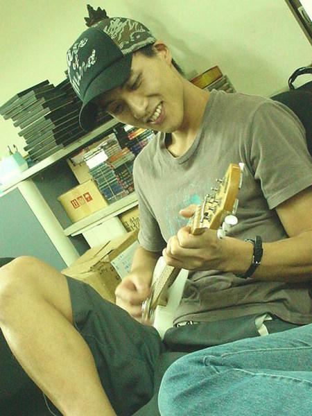 倫哥彈吉他時間