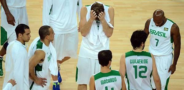 jogadores-da-selecao-brasileira-de-basquete-deixam-a-quadra-apos-derrota-para-a-argentina-nos-jogos-de-londres-1344469836750_615x300