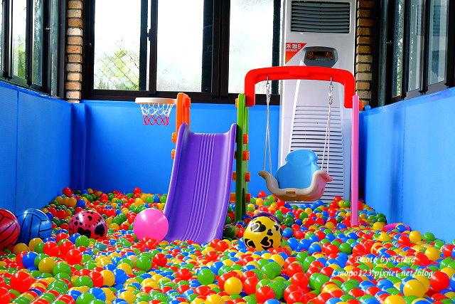 1454258625 2956083691 - 【台中大雅】愛baby親子樂活館,大雅親子餐廳,有氣墊溜滑梯、投籃機、電動搖搖車、玩具釣魚池、大沙坑、大球池、積木‧‧‧宛如一個小型夜市,帶小孩殺時間的好地方,記得穿襪子哦…