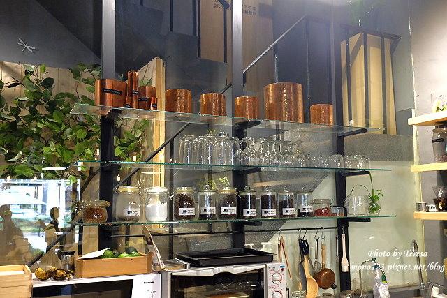 1459957628 1330686249 - 【台中西區.下午茶】Square Kitchen Coffee.以花藝空間為主題的咖啡館,簡約的清新設計風格,近科博館商圈