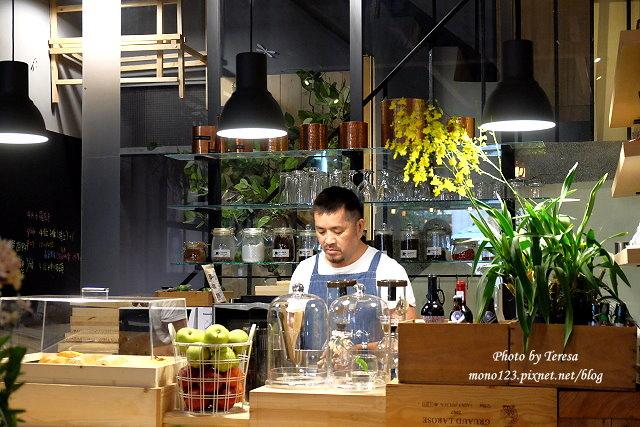 1459957653 1429641679 - 【台中西區.下午茶】Square Kitchen Coffee.以花藝空間為主題的咖啡館,簡約的清新設計風格,近科博館商圈