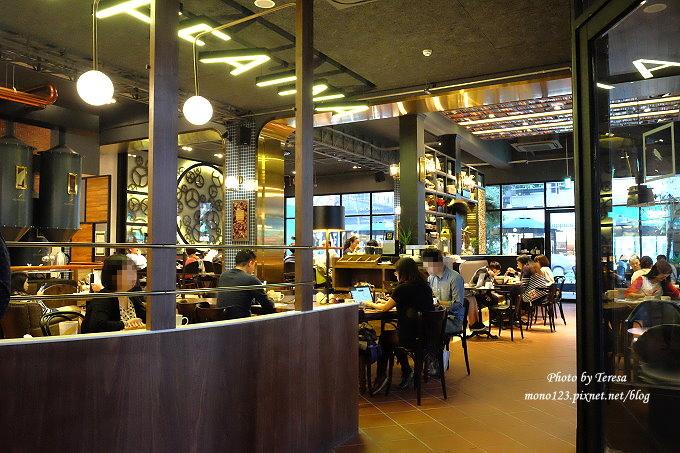 1485181420 1672495425 - 台中南屯︱卡啡那CAFFAINA@大墩店.工業風的設計還有整面書牆爬上天花板,大墩家樂福旁