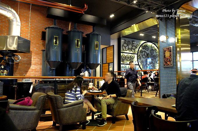 1485181433 1206760607 - 台中南屯︱卡啡那CAFFAINA@大墩店.工業風的設計還有整面書牆爬上天花板,大墩家樂福旁